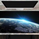Erdkugel bei Nacht - Verwendungsbeispiel - Große Schreibtischunterlage mit integriertem Mousepad aus erstklassigem Vinyl
