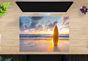 Schreibtischunterlage Surfbrett am Strand aus Vinyl
