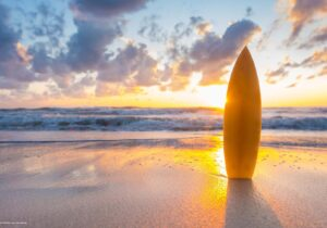 Schreibtischunterlage Surfbrett am Strand, aus Vinyl